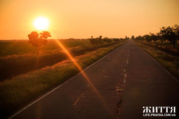 З Києва до Скадовська на власному авто їхати приблизно 650 км (близько 9 годин). Дорога від Херсону не зручна у дві полоси, ями залатані. А ось така дорога з Херсону у Скадовськ та Залізни порт