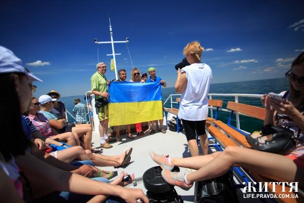 Катер, що везе людей зі Скадовська до Джарилгачу, по дорозі можна побачити дельфінів