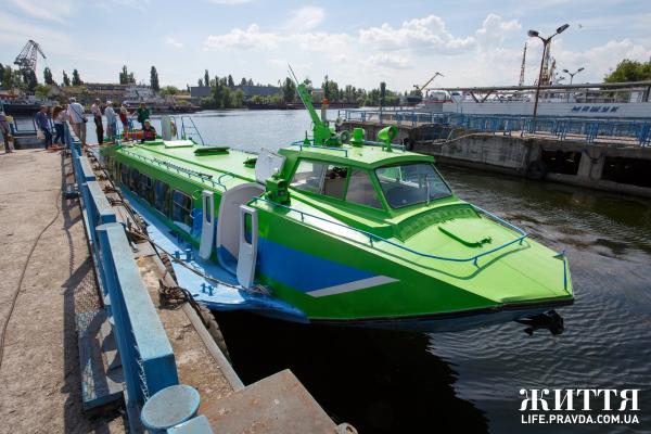 """У Херсоні відновили й запустили судно на підводних крилах """"Полісся-5"""" за маршрутом Херсон - Гола Пристань, кажуть, що це єдине з працюючих суден такого типу в Україні"""