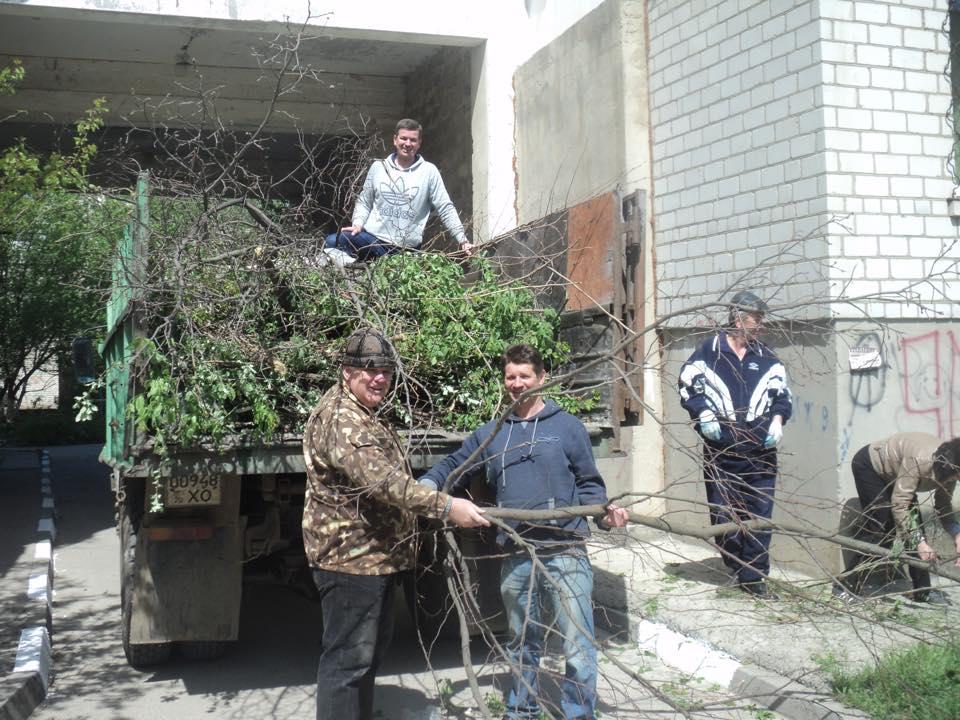 Михайло Линецький разом з сусідами прибирають прибудинкову територію від сміття та гілля дерев