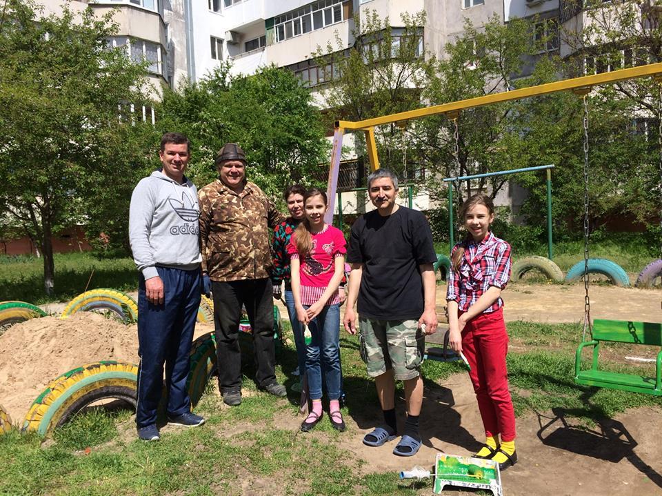 Михайло Линецький разом з сусідами облаштовує дитячий майданчик
