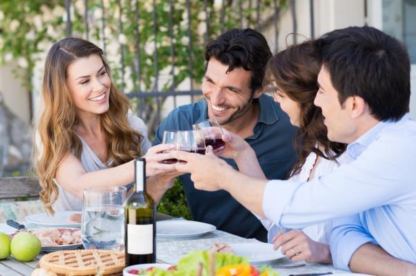 Один келих вина за обідом вбереже від важкої пиятики, вважають фінські вчені. Фото ridofranz/Depositphotos