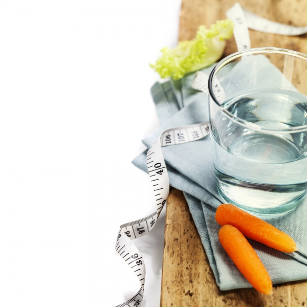 Склянка теплої води перед прийомом їжі - корисна. Фото klenova/Depositphotos