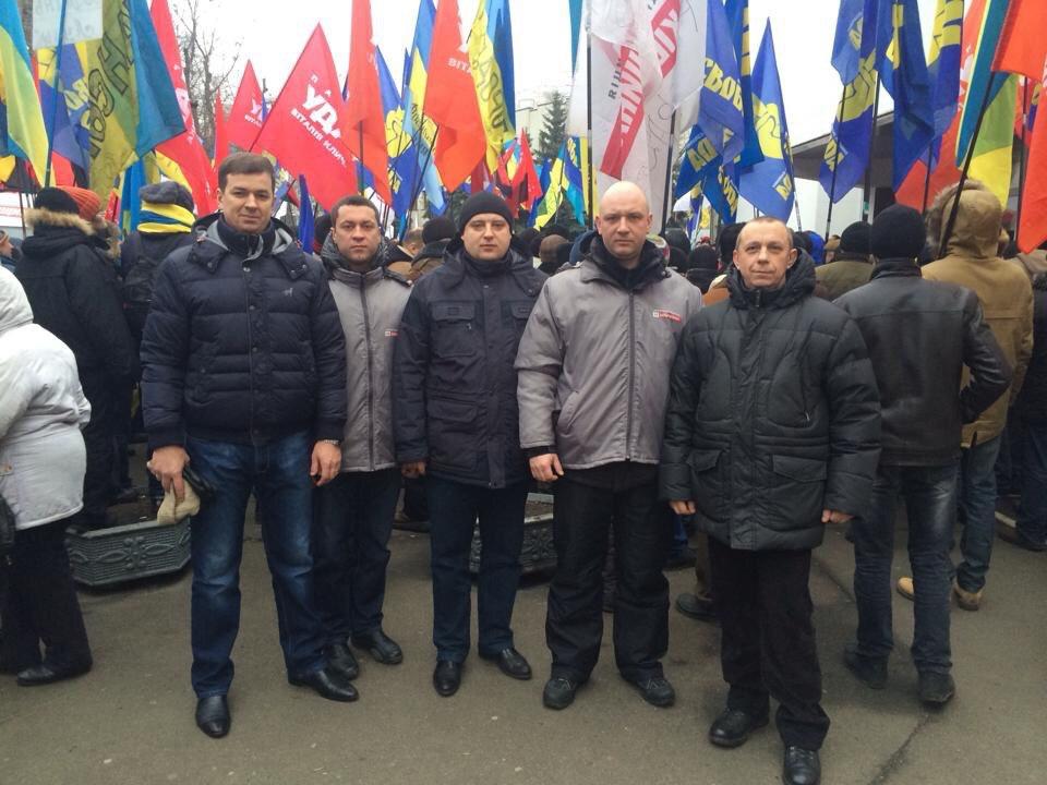 Михайло Линецький разом з Романом Смиком та побратимами по Майдану (грудень 2013 року біля будівлі МВС)